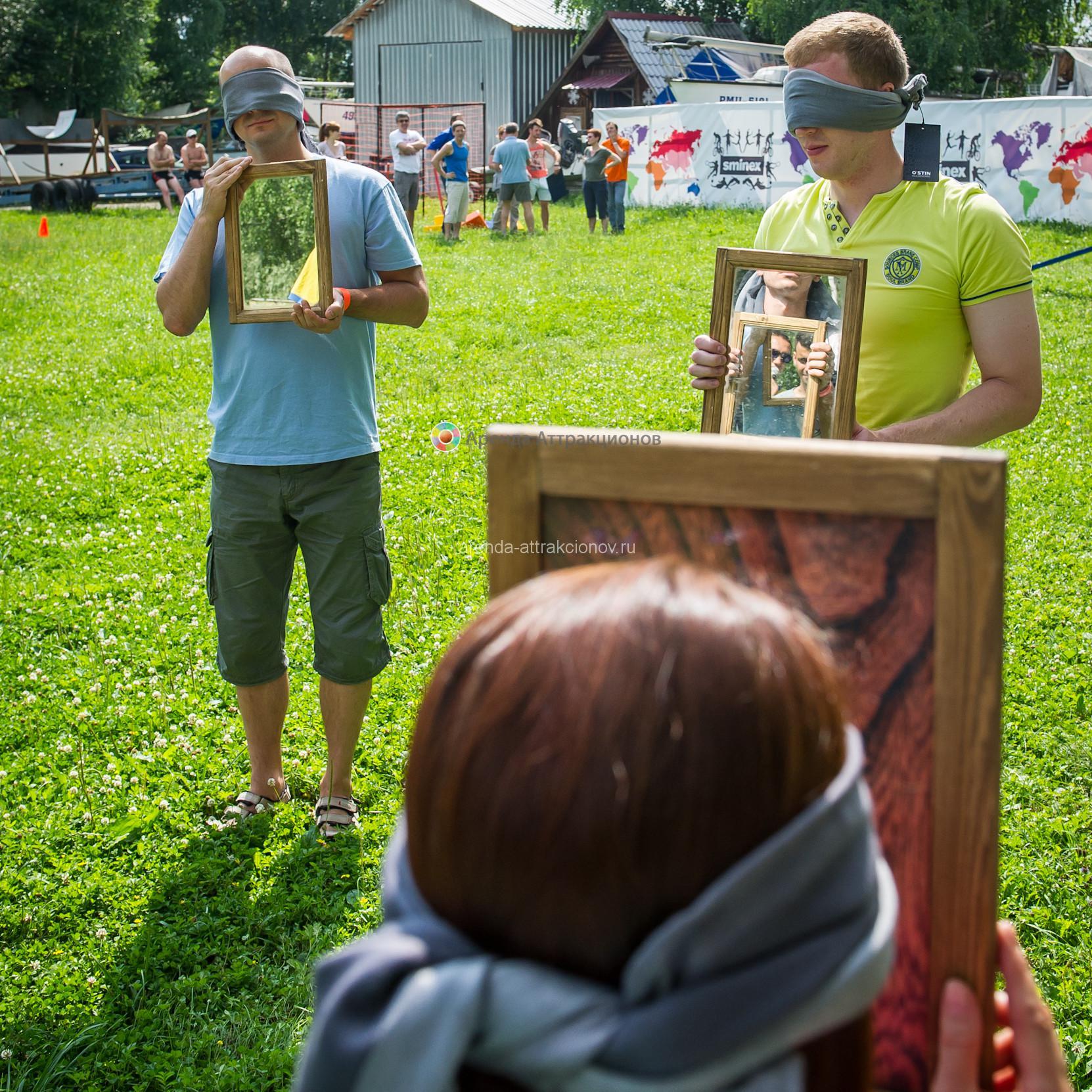 Участники игры, отображающиеся в зеркалах друг друга.