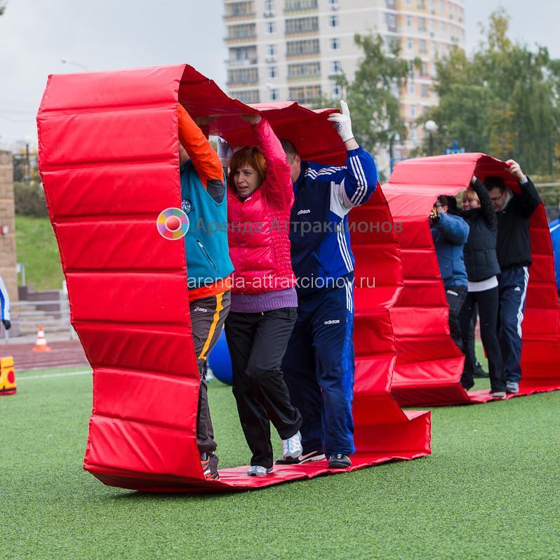 Игроки в Командной Гусенице выполняют условия соревнования.