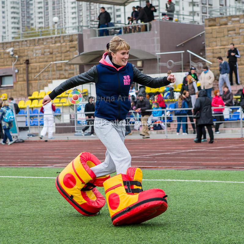 Игрок в гигантских ботинках выполняет часть задания.