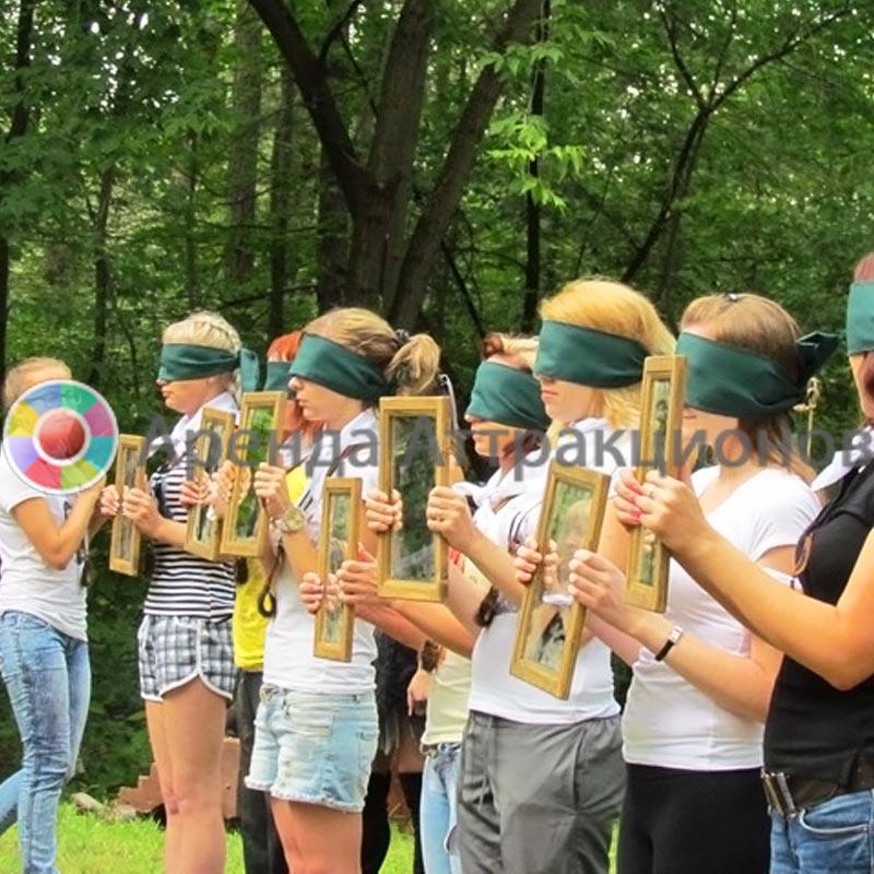 Участники для эстафеты Зеркала, в начале игры.