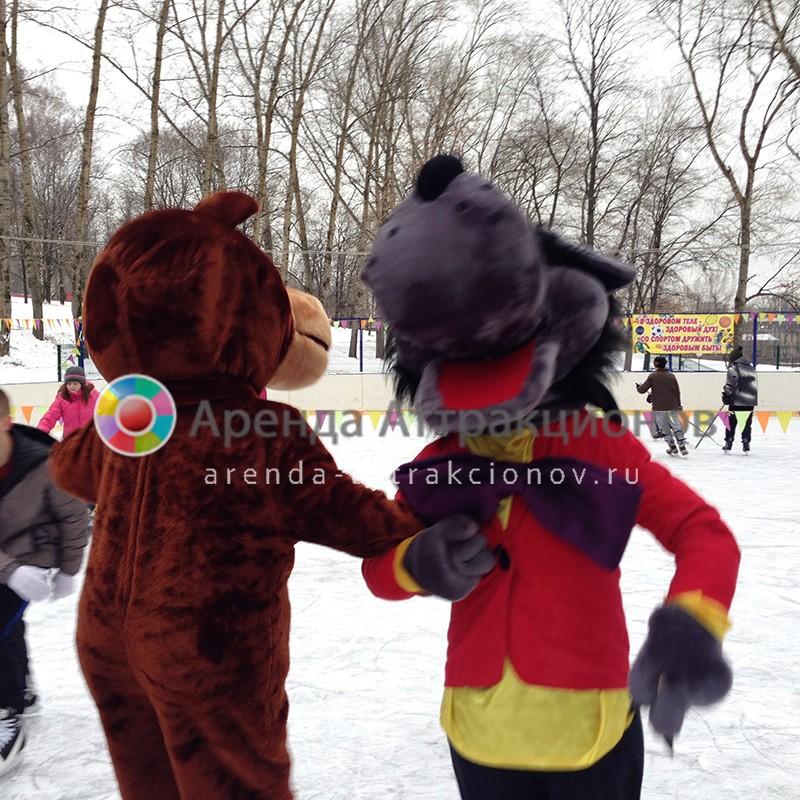 Аниматоры в костюмах медведя и волка на надувных конях