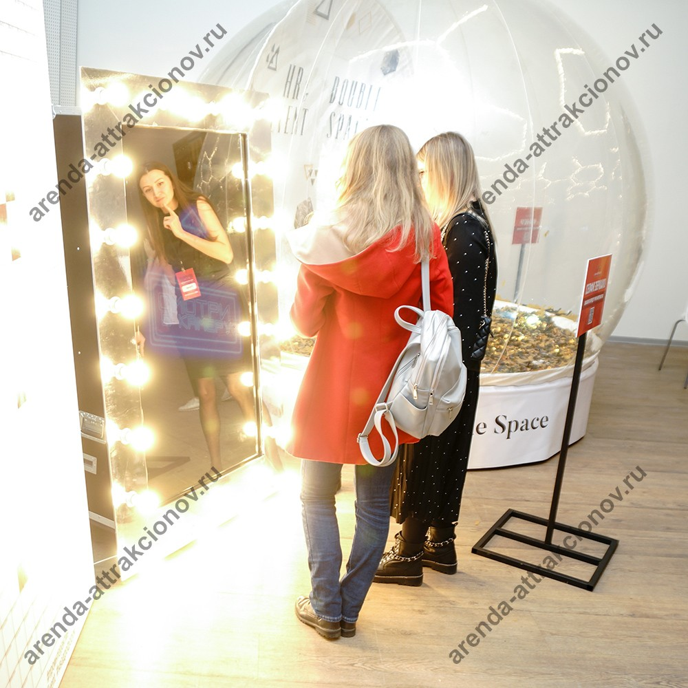 Селфи-зеркало в виде винного шкафа с гостями