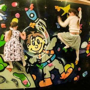 Покраска Художником для детского скалодрома