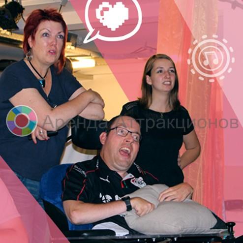 инструктор на мероприятии - игровой приставки с подушками контроллерами Pillo