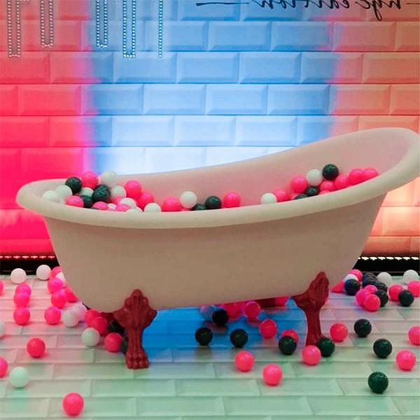 Ванная с шариками