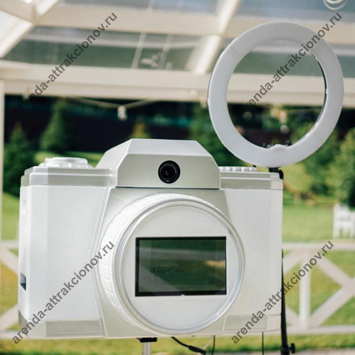 Фотостойка в виде ретро фотоаппарата