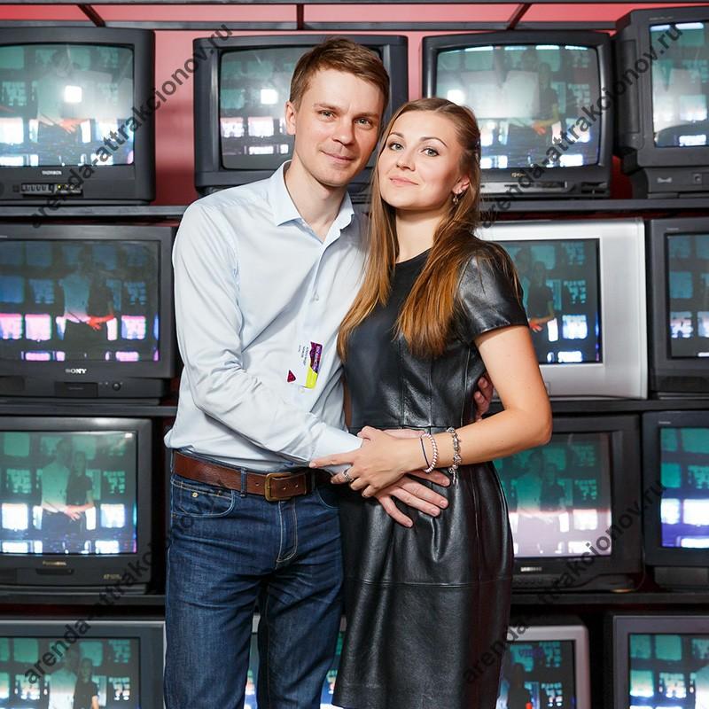 Фотозона с ретро телевизорами в аренду на вечеринку