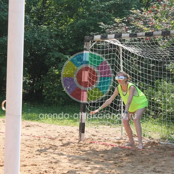 Игла футбол в биноклях на спортивной площадке.