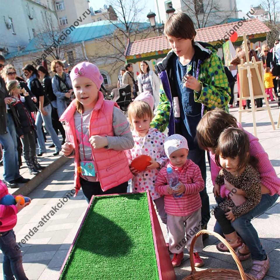 Дети готовятся играть в катание яиц.