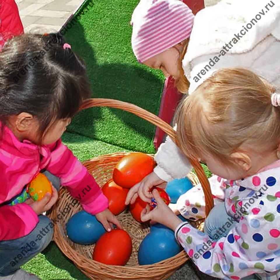 Дети играют в Пасхальную горку.