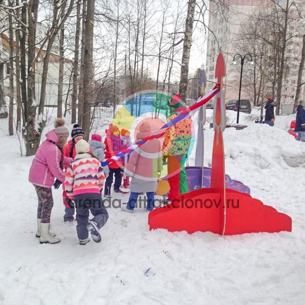 Семья плетет косу русской красавице на празднике масленицы.