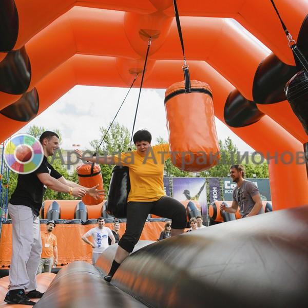 Участники на забеге по бревну с препятствиями