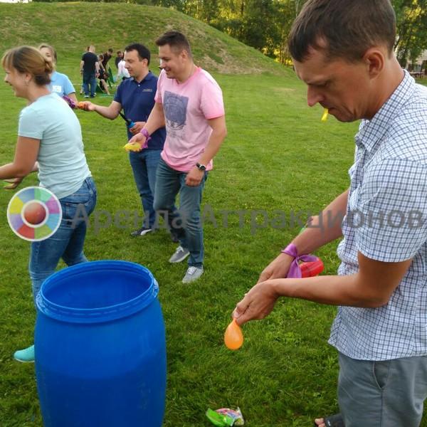 Участники наполняют шары с помощью насоса