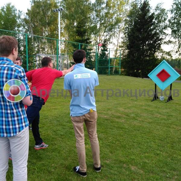 Игроки бросают шары с водой по мишени