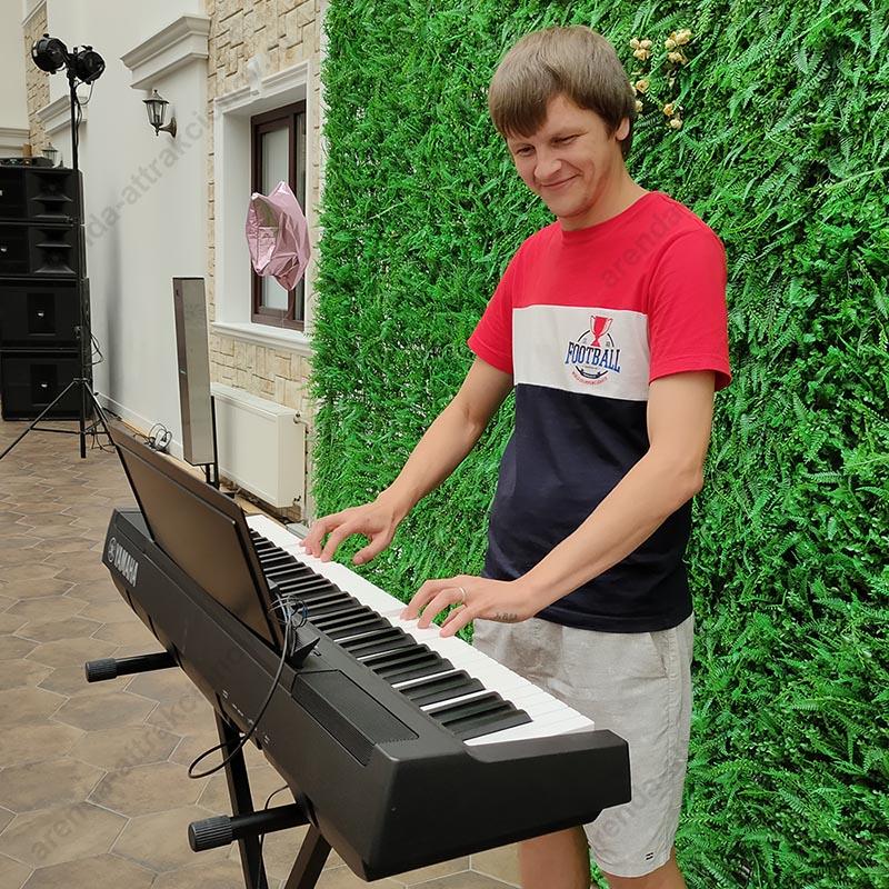 Мужчина играет на синтезаторе